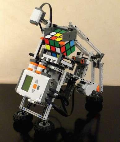 En 2008, Hans Andersson construit un robot en plastique capable de remettre le Rubik's Cube dans sa position initiale à l'aide d'un capteur lumineux qui détecte les couleurs sur le cube. Le robot ne nécessite pas une connexion à un PC pour effectuer les calculs et les manipulations du cube. © Dunod Droits réservés