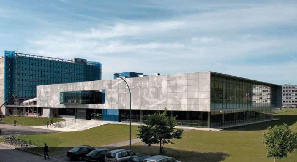 Le béton préfabriqué a été posé en panneaux sur les façades de l'université des Sciences Paul Sabatier. © Dunod - DR