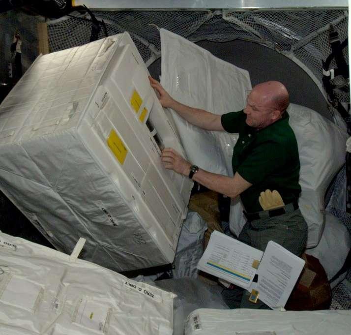 L'astronaute de l'Agence spatiale européenne André Kuipers déchargeant l'ATV-3 quelques heures après son amarrage à la Station spatiale (mars 2012). © Nasa