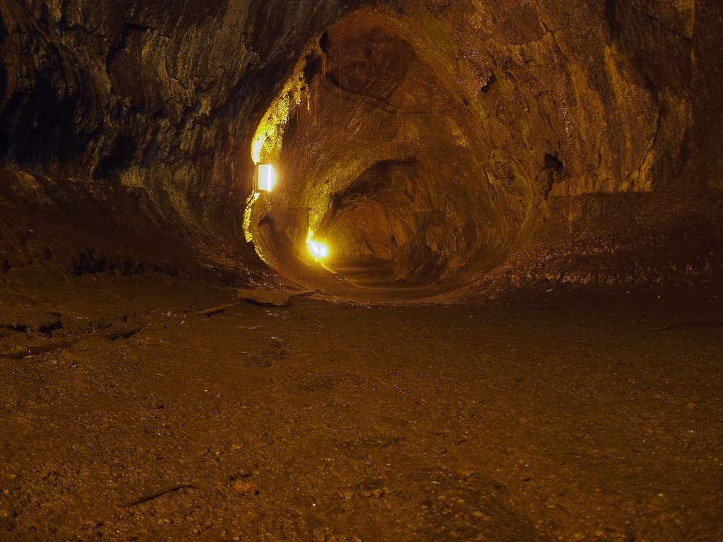 Certains tunnels de lave sont facilement accessibles pour le tourisme. Ce n'est pas toujours le cas et les conditions de vie y sont parfois impossibles pour des animaux ou des végétaux. Mais pas pour certaines bactéries. © Stevecadman, Flickr, cc by sa 2.0