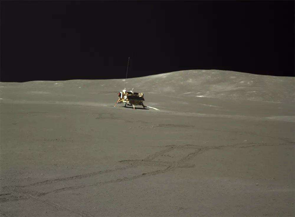 La station Chang'e 4 photographiée par le rover Yutu-2 avec laquelle il s'est posé sur la Lune. Ses traces de roue sont bien visibles. © CNSA via Andre Jones (@AJ_FI)