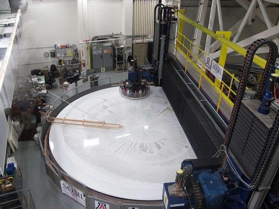 Le polissage, un travail long et délicat pour obtenir une surface parfaite sur chacun des miroirs. Les défauts ne doivent pas dépasser 20 nanomètres. © University of Arizona