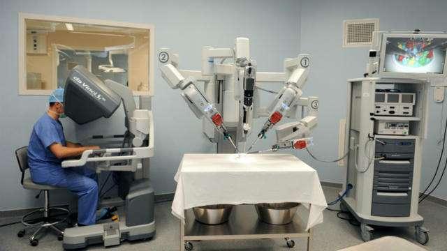 Un chirurgien s'entraîne avec le robot Da Vinci. © Frank Perry, AFP
