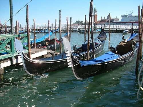 Gondoles à Venise. Jusqu'à la seconde guerre mondiale, certains commerçants aisés de la ville employaient des gondoliers pour leur service personnel. © Radomil, CC by-sa 3.0