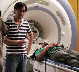 Le rappeur Michael Eagle, ici avec Ho Ming Show, coauteur de l'étude, a lui aussi eu droit au passage dans la machine à IRMf. © NIDCD