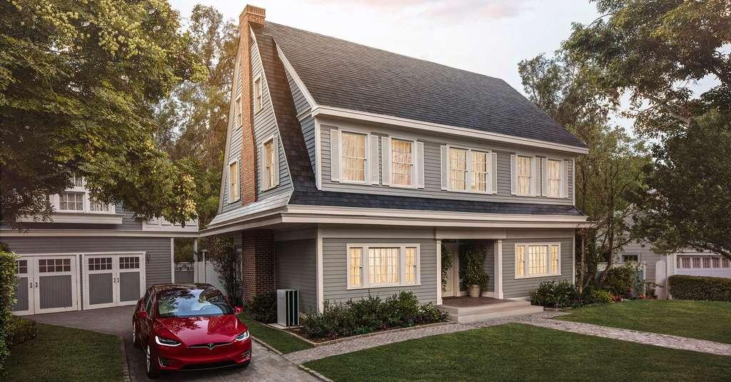 Un toit solaire Tesla installé sur une maison aux États-Unis. © Tesla