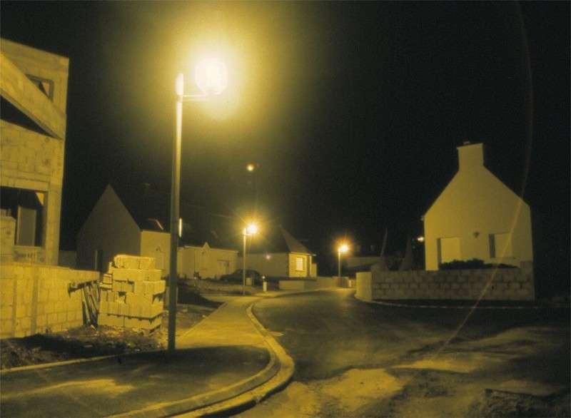 Le lampadaire « boule », où comment gaspiller 60 % de l'éclairage qui n'est pas dirigé vers le sol ! © A. Le Gué, ANPCEN
