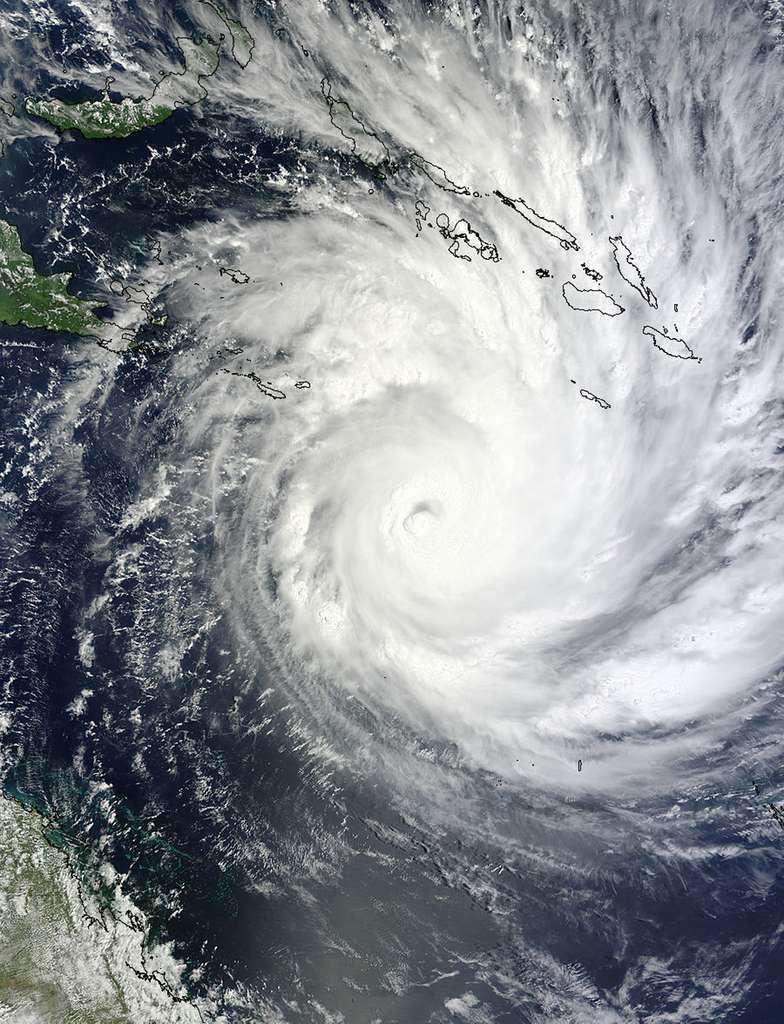 Le cyclone Yasi observé le 31 janvier par l'instrument Modis du satellite Terra (Nasa). En haut à gauche sont figurées les îles Salomon. Le cyclone se dirige vers le sud-ouest (en bas à gauche de l'image, donc). © NASA MODIS Rapid Response Team
