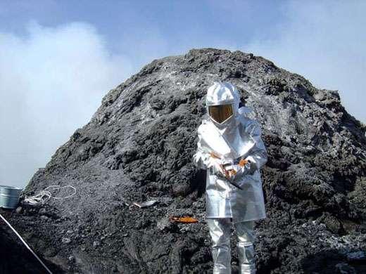 J.-M. Bardintzeff équipé de sa combinaison anti-chaleur dans le cratère de l'Erta Ale. © J.-M. Bardintzeff, reproduction et utilisation interdites