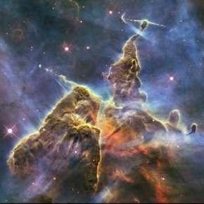 Observé à des résolutions 50.000 fois meilleures, chacun de ces nuages ressemble au gaz très tourmenté de la nébuleuse Carina située à seulement 7.500 années-lumière, une véritable pouponnière d'étoiles naissantes. © Nasa, Esa