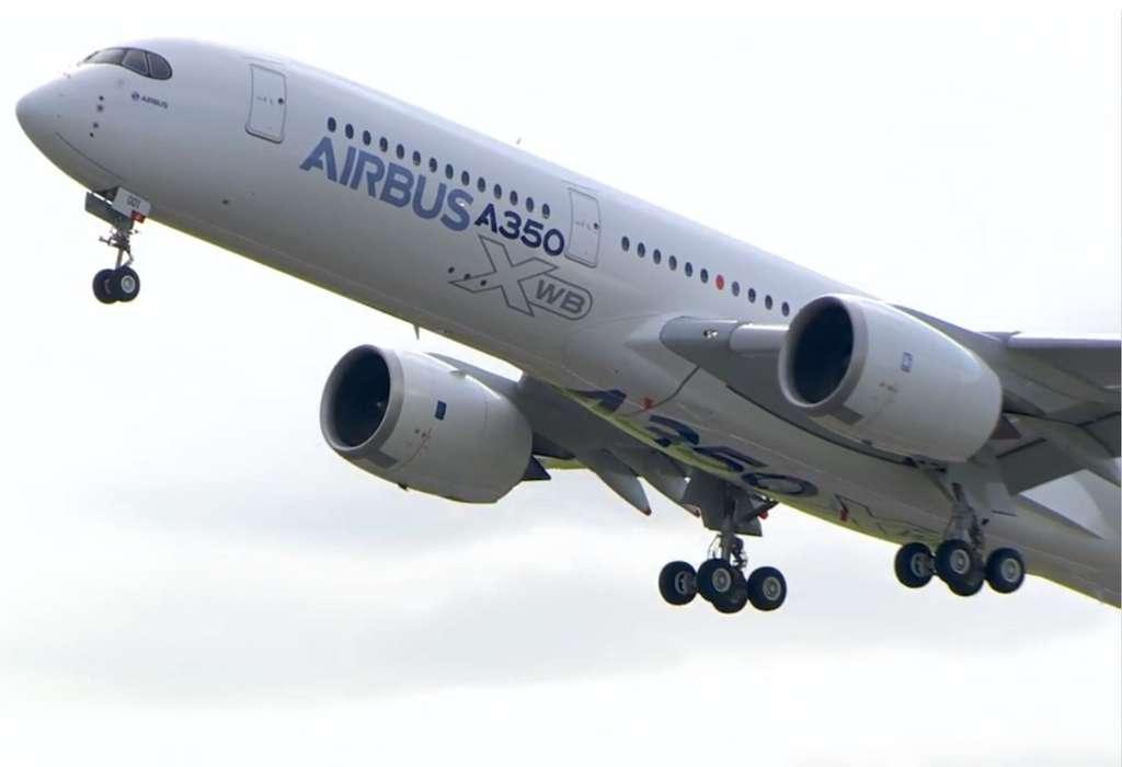 Le nouvel Airbus A350 XWB à son premier décollage, à l'aéroport de Toulouse-Blagnac, le vendredi 14 juin, à 10 h 00. Le vol, qui a duré 4 heures, s'est bien déroulé d'après les responsables d'Airbus. © DeeKnow, Flickr, cc by nc sa 2.0