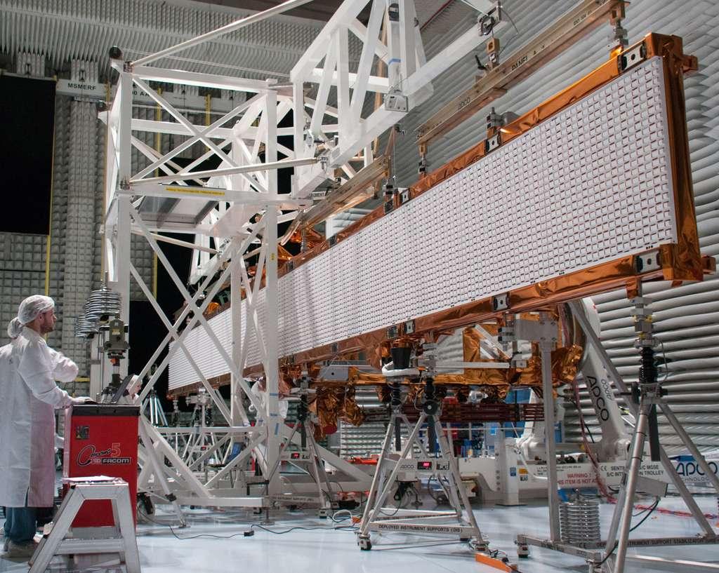 D'une masse de 930 kg, le radar de Sentinel 1 (2,2 tonnes) est porté par des pieds et soutenu par contrepoids (structure blanche), de façon à ne pas faire chuter le satellite au sol. © Rémy Decourt