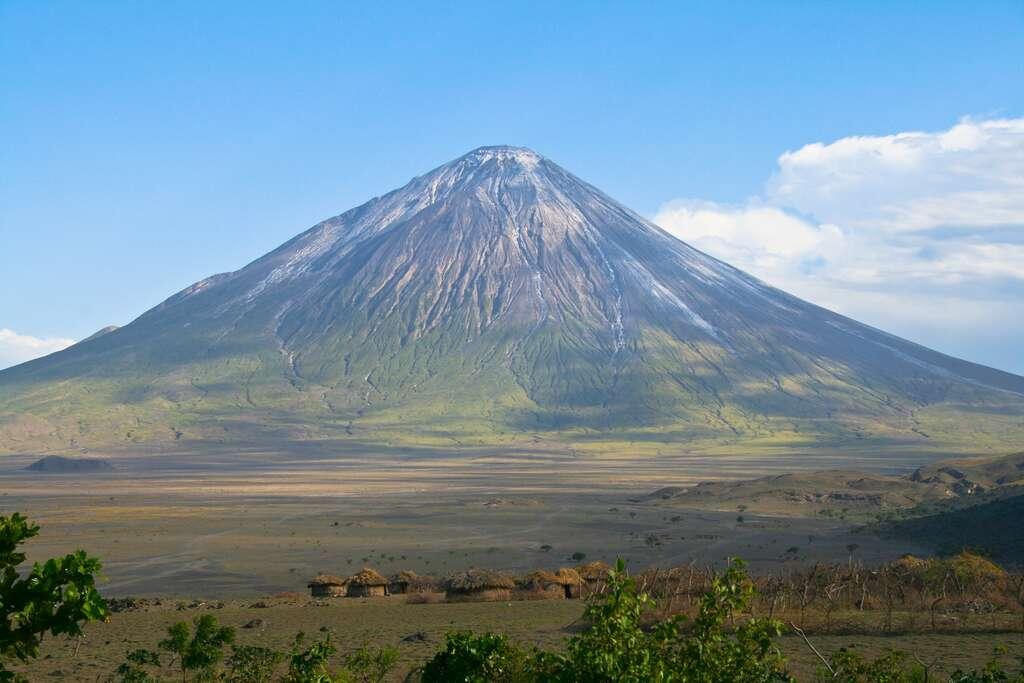Des pas humains par centaines vieux de milliers d'années ont été découverts en Afrique. Les flancs du volcan Ol Doinyo Lengaï, en Tanzanie, sont ravinés par les pluies. Des coulées de boue contenant des cendres émises depuis des dizaines de milliers d'années et plus s'y forment et peuvent dévaler sur les sols alentour. C'est ce qui se serait passé pendant le Pléistocène, il y a moins de 20.000 ans. © Aleksandr Sadkov, Shutterstock