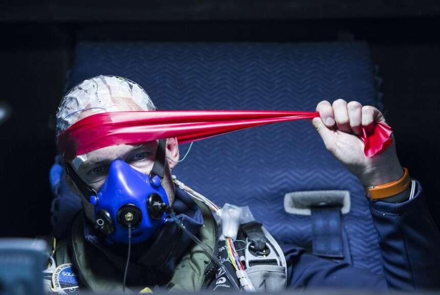 Bardé de capteurs pour suivre ses paramètres physiologiques, Bertrand Piccard, assis dans son cockpit, effectue quelques exercices physiques pour se dégourdir les muscles et les articulations. © Solar Impulse