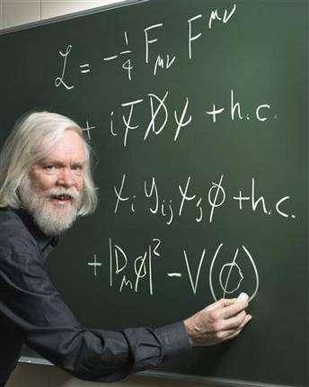 John Ellis en train d'écrire une partie du lagrangien du modèle standard. © Cern.
