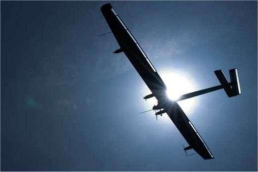Le premier vol de l'avion solaire HB-SIA, le 7 avril 2010, au-dessus de l'aérodrome de Payerne (Suisse, canton de Vaud). © Solar Impulse, Stéphane Gros