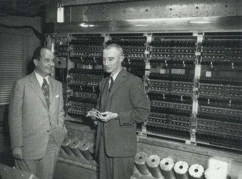 Von Neumann devant l'ordinateur de l'IAS avec Oppenheimer