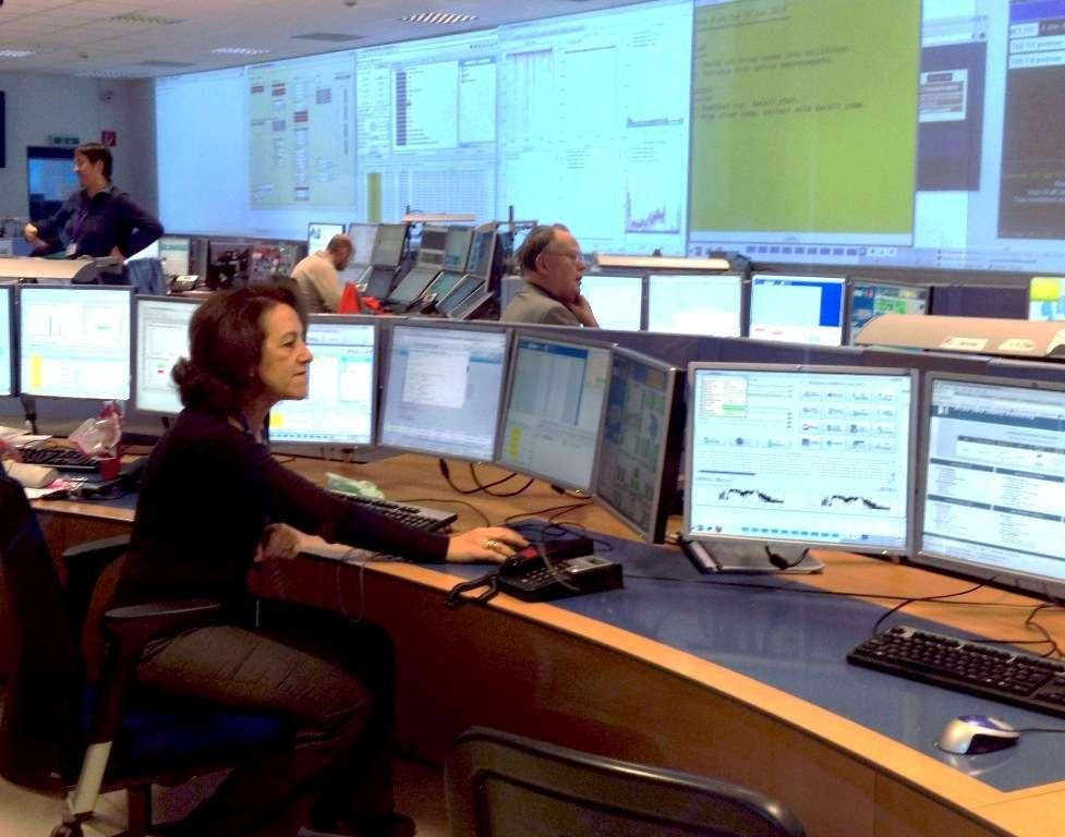 La physicienne marocaine Rajaa Cherkaoui El Moursli, que l'on voit ici dans la salle de contrôle d'Atlas, a contribué à la simulation et à la construction du calorimètre électromagnétique de ce détecteur. Elle est vice-présidente de l'université Mohammed V de Rabat au Maroc où elle dirige l'équipe de chercheurs pour la Collaboration Atlas. Elle est récemment devenue lauréate du prestigieux prix L'Oréal-Unesco pour les femmes et la science. © Collaboration Atlas, Cern