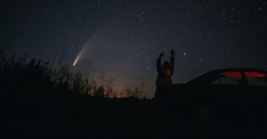 La comète Neowise, un véritable enchantement en ce début d'été. © ZUYEVICH, Adobe Stock