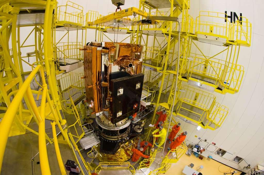 Le satellite Sentinel 1B, installé sur la partie haute de la structure ASAP-S du lanceur Soyouz. Cette structure, qui permet d'emporter plusieurs charges utiles, est dérivée de celle appelée ASAP (Ariane Structure for Auxiliary Payloads), d'Ariane 4. À droite sur la structure, on peut apercevoir le système de lancement des trois CubeSats. © Esa, M. Pedoussaut