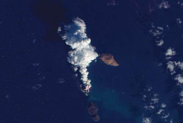 Une nouvelle île est apparue en mer Rouge dans l'archipel des îles Zubair (au large du Yémen). Elle se trouve à la base du panache de fumée. © Nasa/Earth observatory