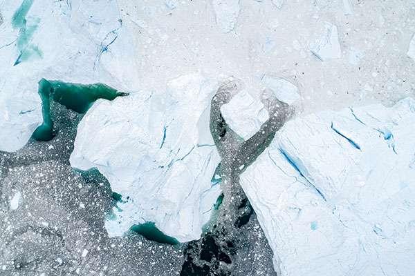 Icebergs vus du ciel entassés à la bouche du fjord Kangia. © Florian Ledoux, tous droits réservés