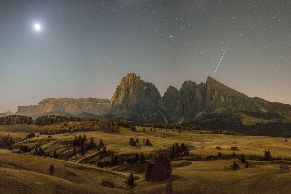 Paysage dans les Dolomites au clair de Lune et météores. © Fabian Dalpiaz