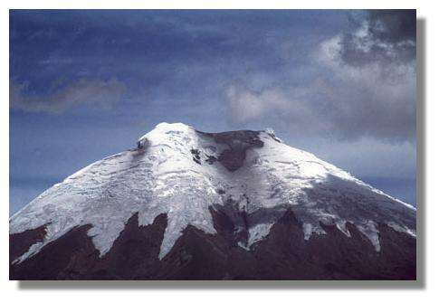 Sommet englacé (environ 6000 m) du volcan Cotopaxi, en octobre 1995. Il a eu de nombreuses éruptions rendues fort dangereuses par la fusion partielle de la calotte glacière sommitale et les coulées boueuses qui en découlent © IRD/Michel Monzier