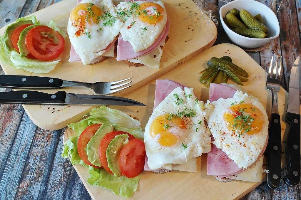 Manger des légumes à table avec fourchette et couteau, c'est indispensable. © RitaE, Pixabay, DP