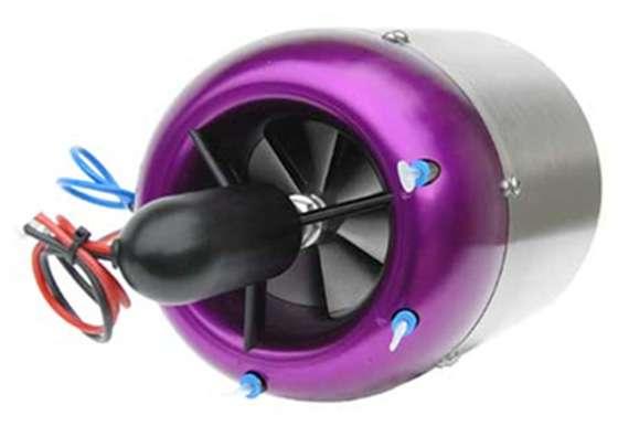 Le réacteur d'AMT, baptisé Titan, est une turbine alimentée par du kérosène (le Jet A1 des avions ou le fuel domestique) et la lubrification est assurée par de l'huile ajoutée au carburant. La taille est réduite (147 x 385 mm) et le poids total avec les équipements est d'un peu plus de 4 kg. © ProAirsport