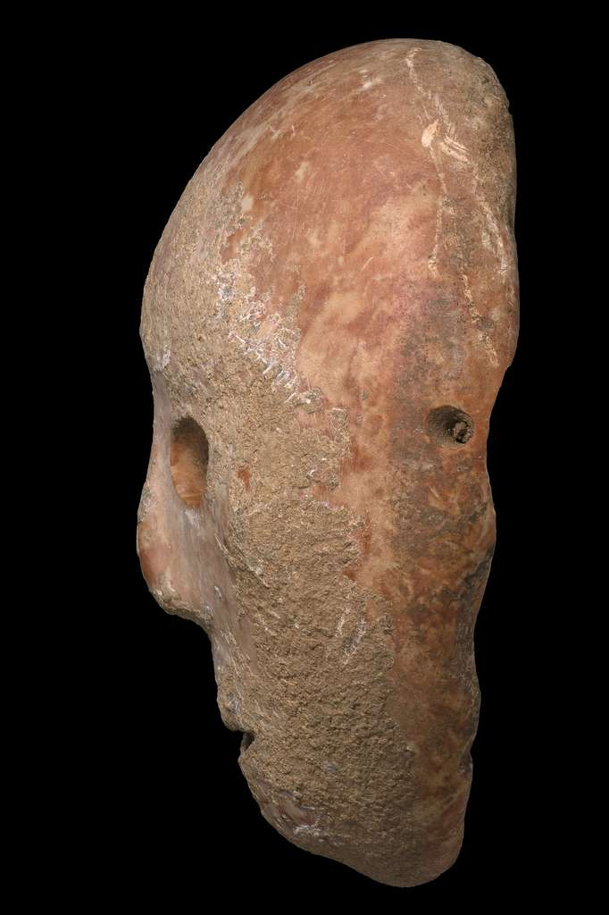 Ce masque de pierre vieux de 9.000 ans était un objet de rituel. C'est une perle rare, car il fait partie d'une petite collection comptant seulement 15 masques répartis à travers le globe. © Clara Amit, Israel Antiquities Authority