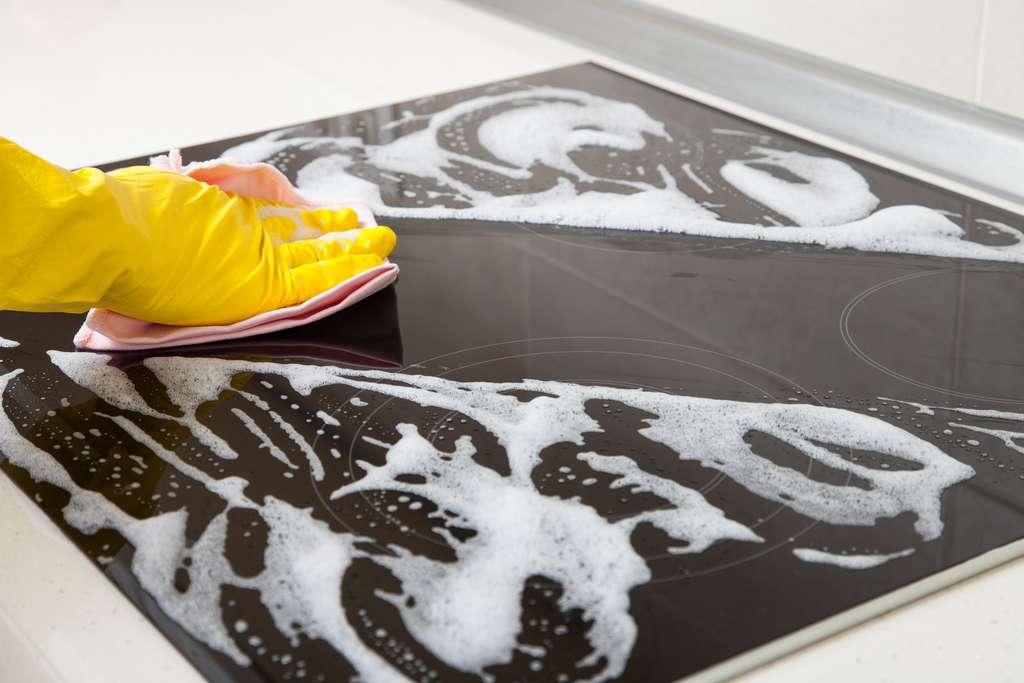 Utilisez le savon noir pour dégraisser votre plaque. © zest_marina, Adobe Stock