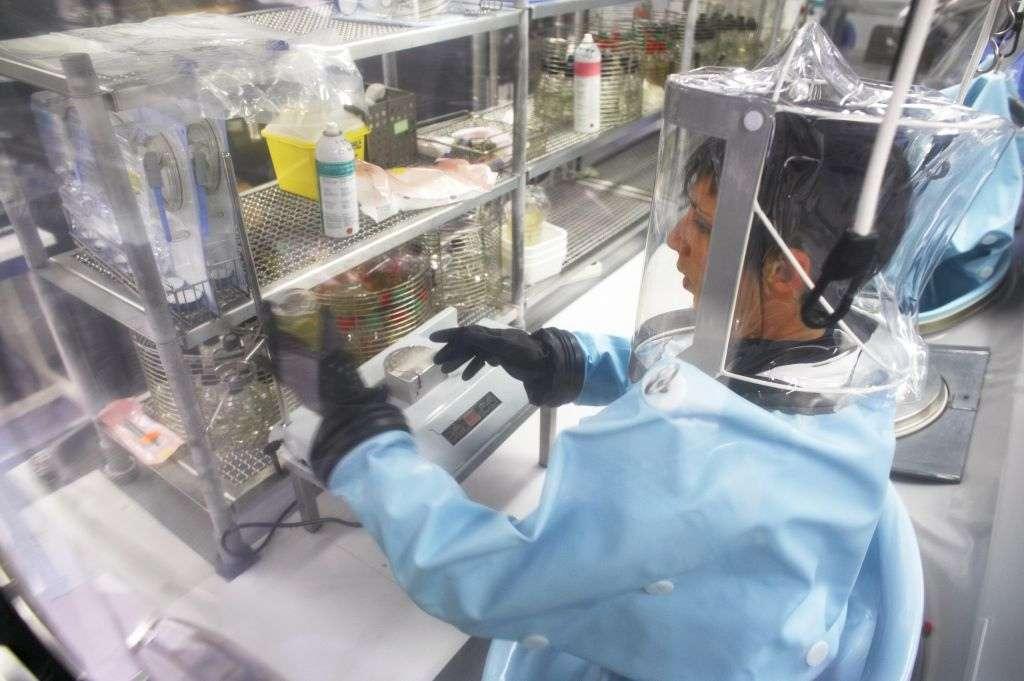 Les laboratoires qui disposent des virus du H5N1 sont hautement sécurisés et le personnel tout à fait qualifié. Si effectivement les chercheurs néerlandais et américains disposent de mutants très contagieux chez les furets, ils sont maintenus dans un lieu sûr. Plusieurs laboratoires détiennent dans leurs réfrigérateurs des virus qui ont été très mortels par le passé, et aucun d'entre eux n'est jamais ressorti de ces lieux confinés. © Sanofi Pasteur, Flickr, cc by nc nd 2.0