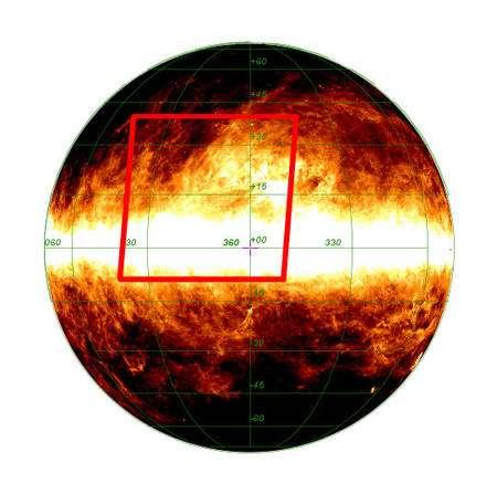 Figure 1. Cliquer sur l'image pour l'agrandir. Cette image, fournie par IRAS en 1983, du rayonnement infrarouge des poussières galactiques, montre le plan galactique où se forment des étoiles massives chauffant le milieu interstellaire (couleur blanche). On voit aussi au centre la région centrale de la Galaxie et des structures filamenteuses de couleur jaune-rouge plus froide. Le cadre rouge indique la zone montrée par les images de Planck rendues publiques. Crédit : IRAS