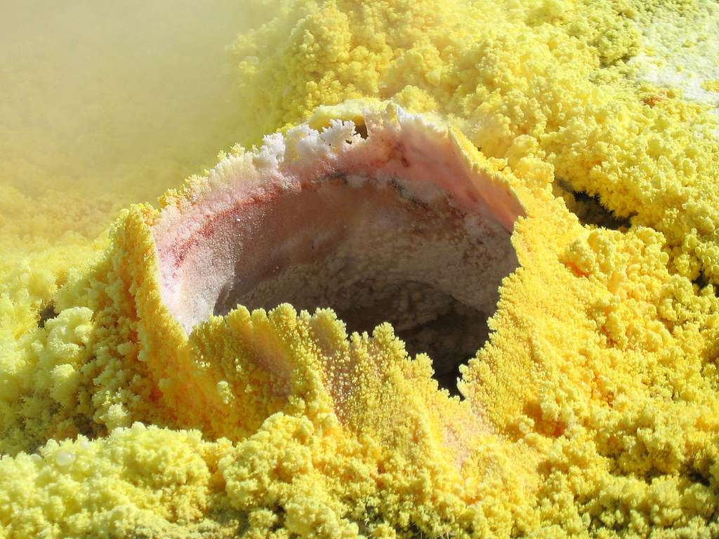D'abondantes fumerolles soufrées, à une température atteignant parfois 700 degrés, s'échappent en permanence de Vulcano, dans les îles éoliennes, en Italie. © Brisk,DP