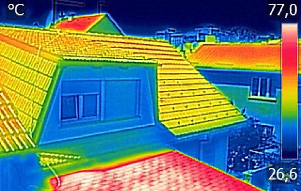 La thermographie infrarouge permet de visualiser la température des objets et dans le cas présent, les déperditions de chaleur d'une maison. © smuki, Fotolia