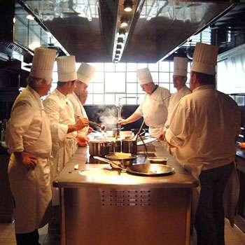 Chefs-cuisiniers occupés à créer la nourriture de l'espace © ADF – Alain Ducasse Formation