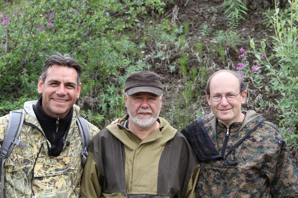 De gauche à droite : Luca Bindi, Valery Kryachko et Paul Steinhardt dans les montagnes Koryaks, à la recherche de quasi-cristaux naturels. © Paul Steinhardt