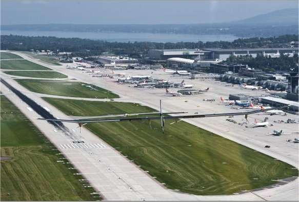L'avion solaire HB-SIA à l'approche de la piste de Genève-Cointrin le 21 septembre 2010. L'envergure de l'appareil est de 63,40 mètres, soit dix centimètres de plus que celle d'un Airbus A340. Sur ses ailes et sur l'empennage, il porte 11.628 cellules photovoltaïques. © Solar Impulse