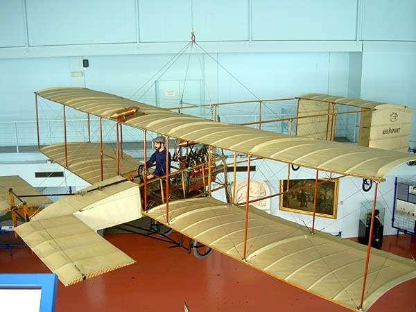 Reconstitution de l'aéroplane Voisin au moyen duquel Henri Farman a réalisé le premier kilomètre en circuit fermé. Maquette exposée au musée du Bourget. © Wikipédia Creative Commons
