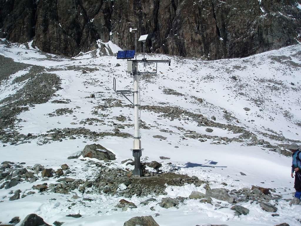 Le réseau Nivôse comprend 28 stations automatiques comme celle-ci, dans le massif des Écrins. Autonomes en énergie grâce au panneau solaire, elles réalisent des mesures horaires de la hauteur de neige, de la température, de l'humidité et du vent. Toutes les données sont transmises par satellite. © Météo-France, CEN