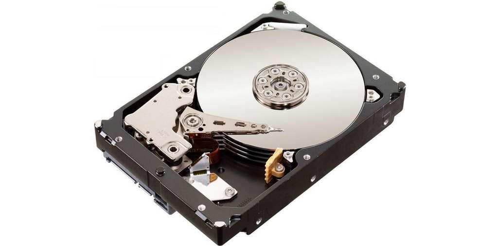 Vue de l'intérieur d'un disque dur. Plusieurs plateaux (ici quatre) sont superposés. Les données sont lues ou écrites sur la surface de ces plateaux à partir des différentes têtes de lecture-écriture qui les survolent. Animés par un moteur électrique, ces plateaux tournent plusieurs milliers de fois par minute. © Western Digital