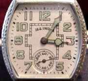 Une montre à chiffres et aiguilles lumineux