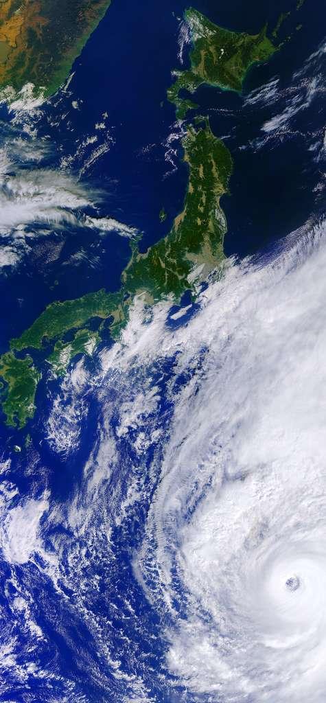 Le super-typhon Hagibis affleurant le Japon, le 10 octobre 2019, vu de l'espace par le satellite Copernicus Sentinel-3. L'œil du typhon mesurait alors environ 60 kilomètres de diamètre. © Copernicus Sentinel data (2019), ESA, CC by-sa 3.0 IGO