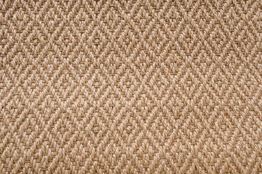 Encore plus chic avec un motif et élégant, le revêtement en fibres naturelles habille un sol et peut se compléter avec un tapis. © Sitthikorn, Adobe Stock
