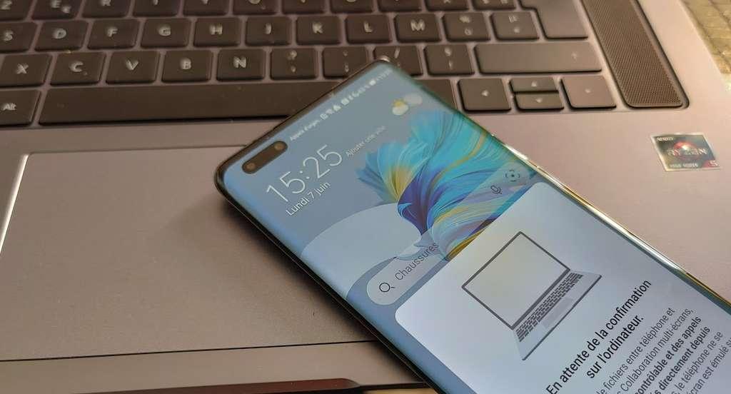 Sous le pavé tactile, se cache un tag NFC permettant de déclencher l'application Huawei Share, lorsque l'on pose dessus un mobile. Très pratique pour échanger des données et les synchroniser à condition d'être équipé exclusivement d'un smartphone de la marque. © Futura