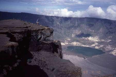 Cliquez pour agrandir. Le cratère du Tambora sur l'île de Sumbawa en Indonésie. Au premier plan, l'océanographe Steven Carey. Crédit : Haraldur Sigurdsson