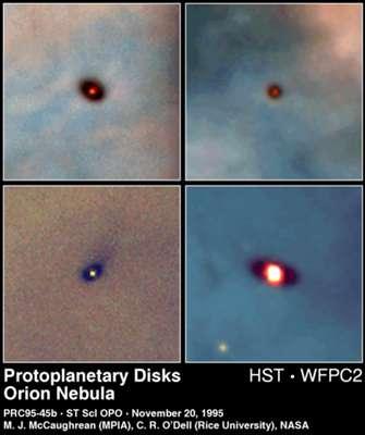 Disques d'accrétion sombres observés par le HST dans la constellation d'Orion. Ces disques se forment autour d'une protoétoile et donneront naissance à de nouveaux systèmes solaires. Dans un quasar, les disques d'accrétion autour du trou noir central sont extrêmement chauds et rayonnent leur lumière dans l'ultraviolet et les rayons X. Ils sont similaires au disque formé au centre de la Voie Lactée (voir notre article L'étrange calme des sources gamma du centre de la Voie lactée). © Wikipédia