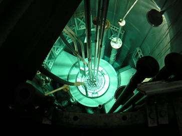 Le réacteur de Pavie, vue interne. Notez la lumière bleue produite par l'effet Cerenkov. © INFN