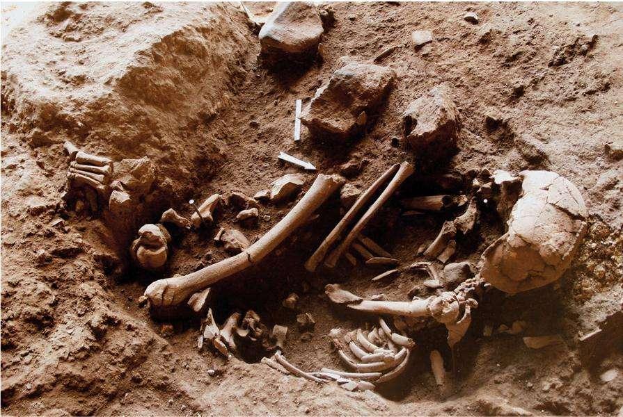 Au fond de tombes comme celle-là, les auteurs ont trouvé dans le sol les marques laissées par des fleurs sur lesquelles étaient déposés les morts. © Nadel et al., Pnas
